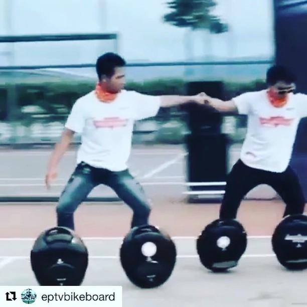 This is the way to ride a solo wheel. Or how to ride two solo wheels. Everyone should try this at home. . . @eptvbikeboard ・・・ www.eptv.es  Entre movilidad de cada día, también te permite un poco de diversión!!!